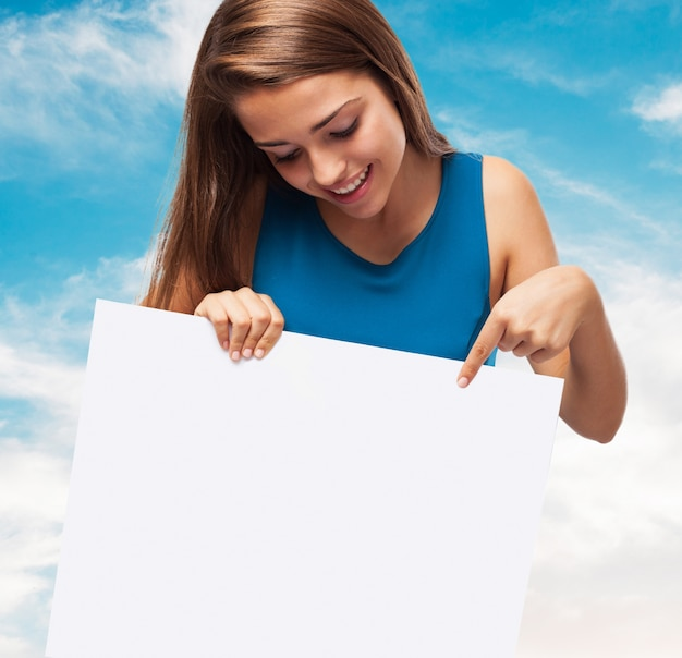 Menina, segurando um cartaz com um fundo de céu