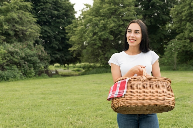 Menina, segurando, um, cesta piquenique