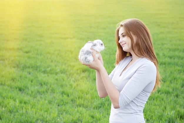 Menina, segurando, um, coelho, enquanto, ligado, um, prado verde
