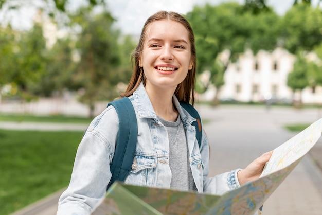 Menina segurando um mapa da cidade