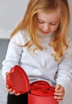 Menina segurando um presente nas mãos
