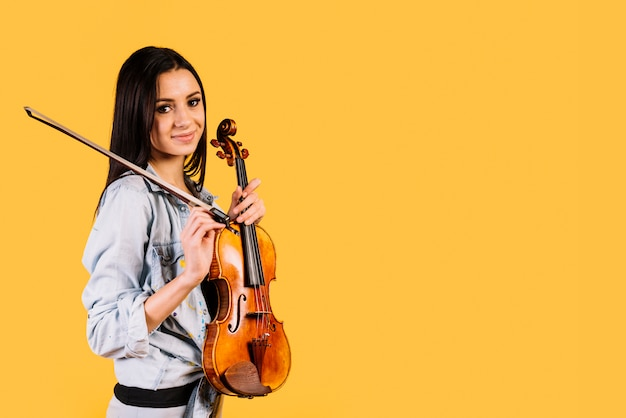 Menina, segurando, um, violino