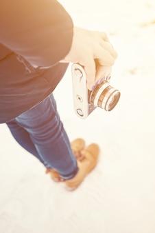 Menina, segurando uma câmera velha