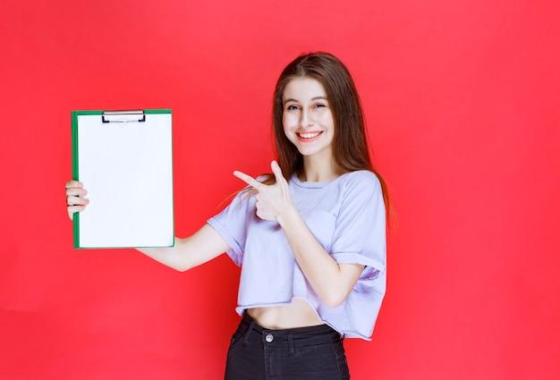 Menina segurando uma folha de relatório em branco.
