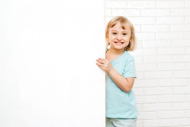 Menina segurando uma placa branca ou cartaz