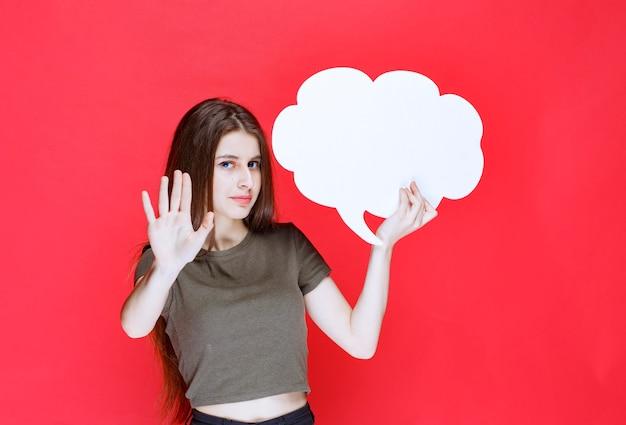 Menina segurando uma placa de informações de forma de nuvem e se recusando a usá-la.