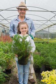 Menina, segurando, vaso, planta, avô