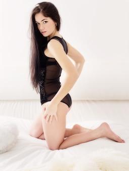Menina sensual na cama branca