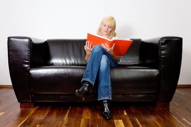 Menina sentada e lendo