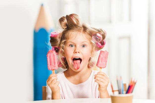 Menina sentada e tomando sorvete
