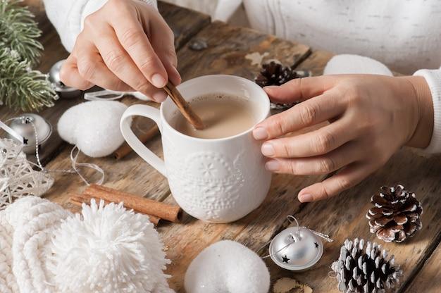 Menina sentada em sua mesa, bebendo café