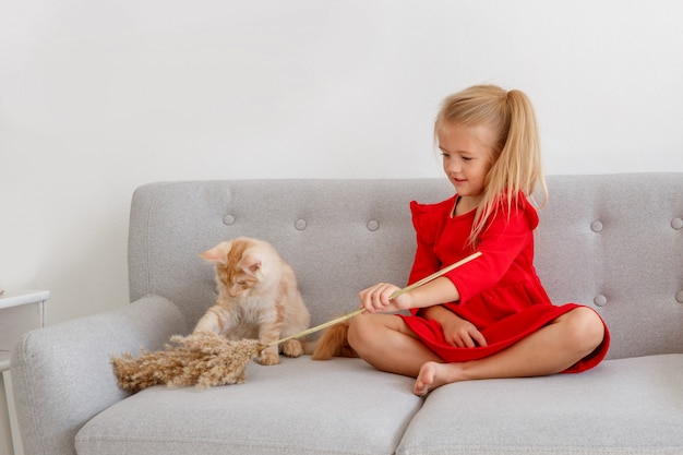 Menina sentada em uma cadeira com um gato