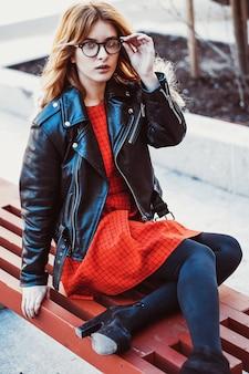 Menina sentada no banco