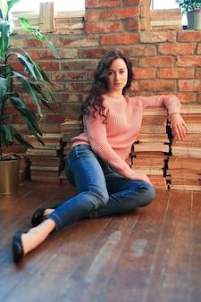 Menina sentada no chão