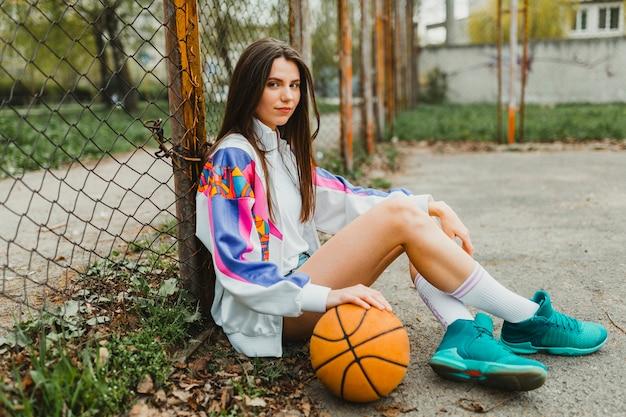 Menina, sentando, com, basquetebol