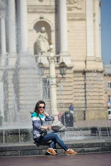 Menina, sentando, com, mapa, e, câmera