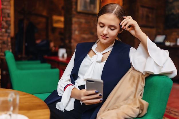 Menina, sentando, com, telefone, em, café
