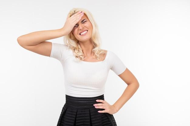 Menina sente emoções e segura a mão na testa em um fundo branco