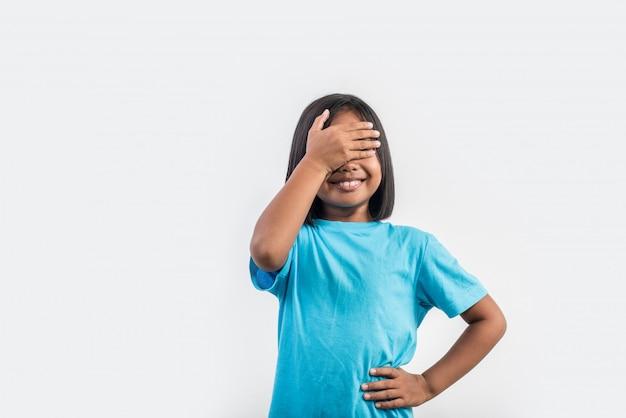 Menina sente raiva em estúdio tiro