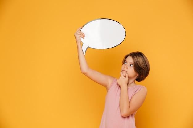 Menina séria pensativa que mantém o discurso da bolha em cima isolado