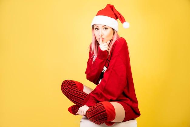 Menina silenciosa com roupa de papai noel vermelho