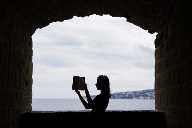 Menina, silueta, com, um, livro