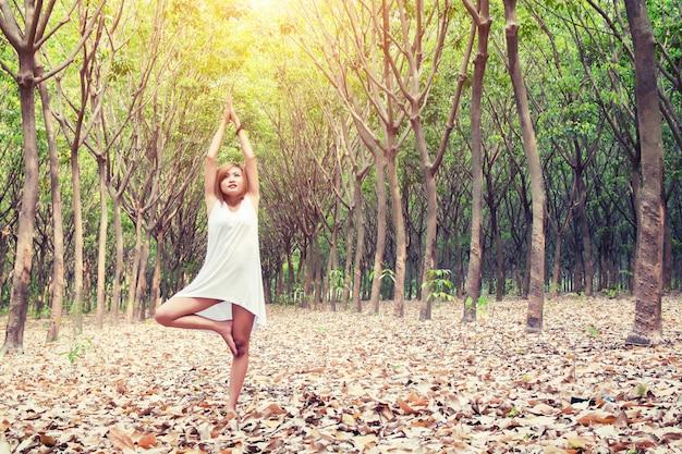 Menina só esticar na floresta