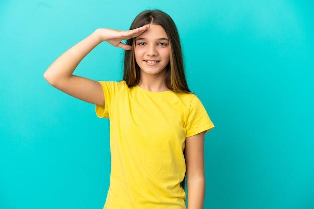 Menina sobre fundo azul isolado saudando com a mão com uma expressão feliz