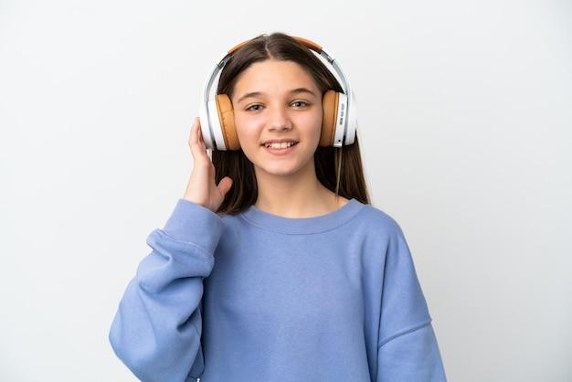 Menina sobre fundo branco isolado ouvindo música