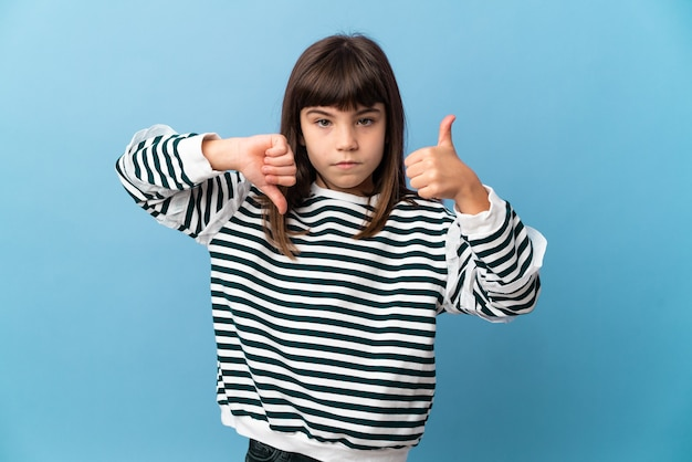 Menina sobre parede isolada, fazendo sinais de bom-ruim. indeciso entre sim ou não