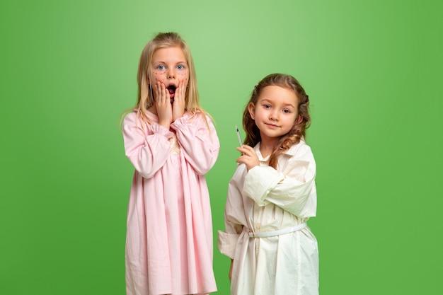 Menina sonhando com a futura profissão de cosmetologista