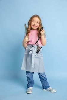 Menina sonhando com a futura profissão de costureira