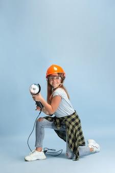 Menina sonhando com a profissão de engenheiro. infância, planejamento, educação, conceito de sonho.