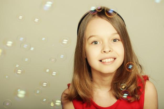 Menina, soprando bolhas de sabão