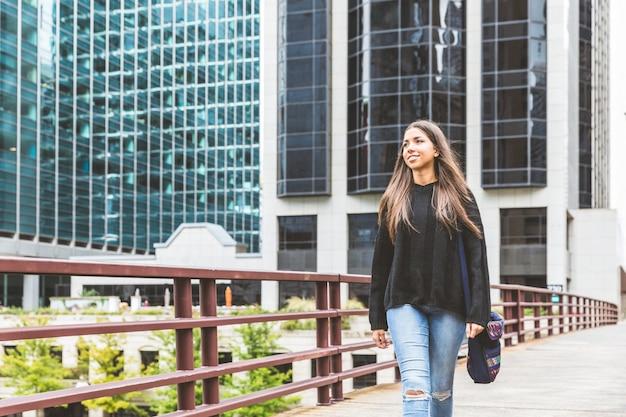 Menina sorridente andando em chicago