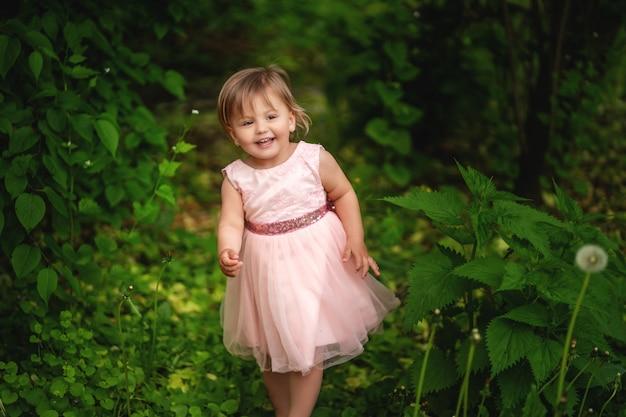 Menina sorridente andando no jardim