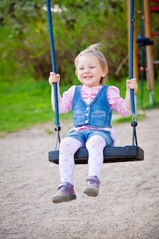 Menina sorridente balançando