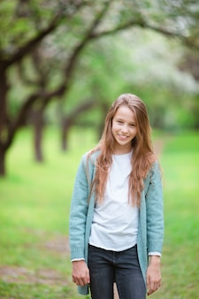 Menina sorridente brincando no parque