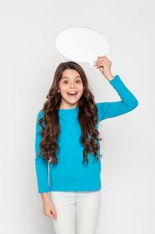 Menina sorridente com bolha de bate-papo