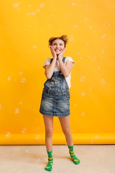 Menina sorridente com bolhas