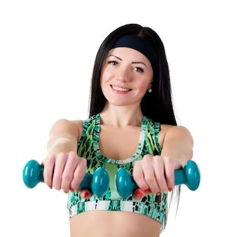 Menina sorridente com cabelos longos, segurando um haltere