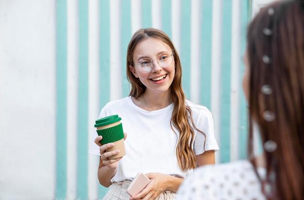 Menina sorridente com café