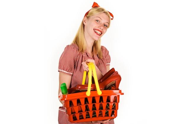Menina sorridente com cesto de compras. mulher feliz no supermercado. onda de compras. mulher com carrinho de compras.