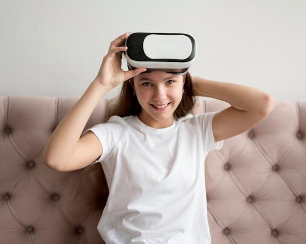 Menina sorridente com fone de ouvido de realidade virtual