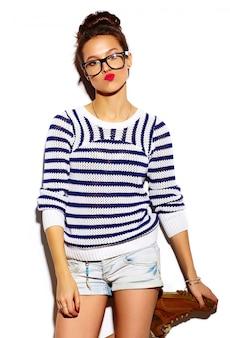 Menina sorridente com lábios vermelhos e óculos