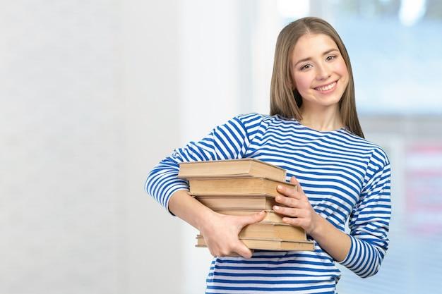 Menina sorridente com livros