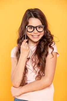 Menina sorridente com máscara de óculos
