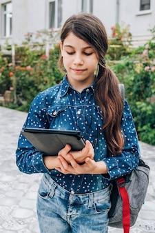 Menina sorridente com o laptop na mão, volta às aulas e um conceito de carreira feminina bem-sucedida