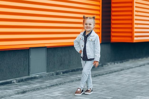 Menina sorridente com pães de cabelo posando do lado de fora