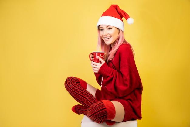 Menina sorridente com roupa de papai noel vermelho